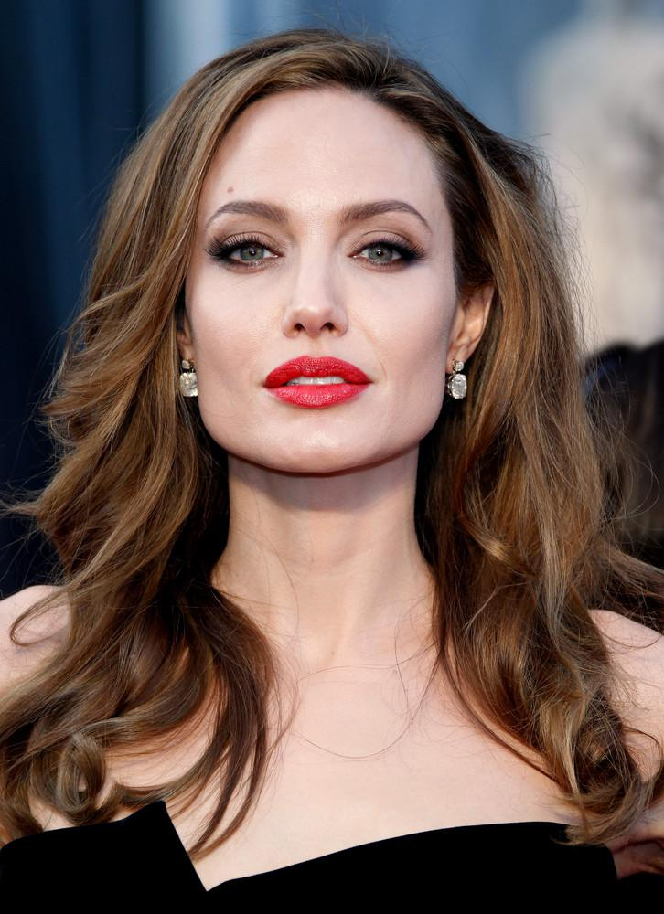 AngelinaJolie 5 famous celebrities who look younger than they are thanks to amazing skin care